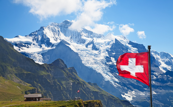 Swiss fund market passes CHF900bn mark