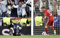 Bayern's Neuer out for season with foot fracture
