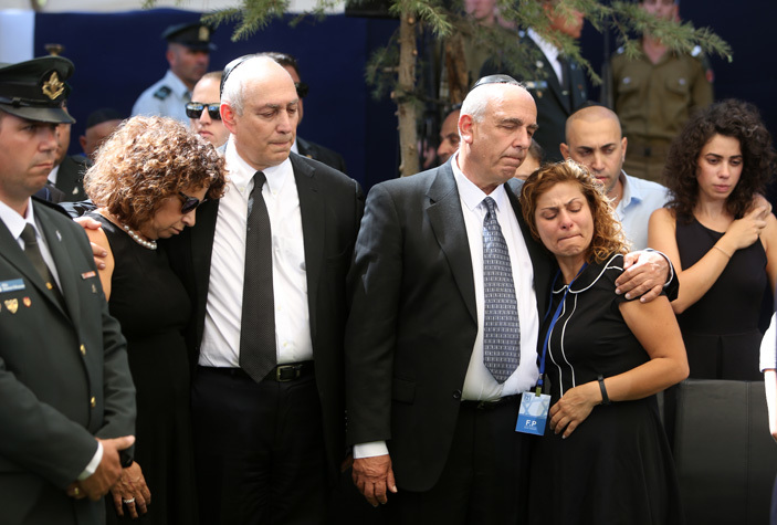 echemia hemi  and oni  eres the sons of the former sraeli premier himon eres mourn with relatives at the ount erzl national cemetery in erusalem during the funeral of their father on eptember 30 2016  hoto  ool  enahem ahana