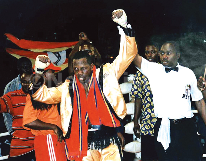 odfrey yakana is declared winner of his return back fight against outh fricas iendomne atonang at akivubo uly 27 2003