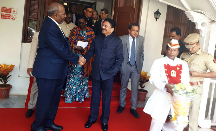rime inister ugunda meets the governor of aharashtra ao on uesdayarch 7 2017 in umbai