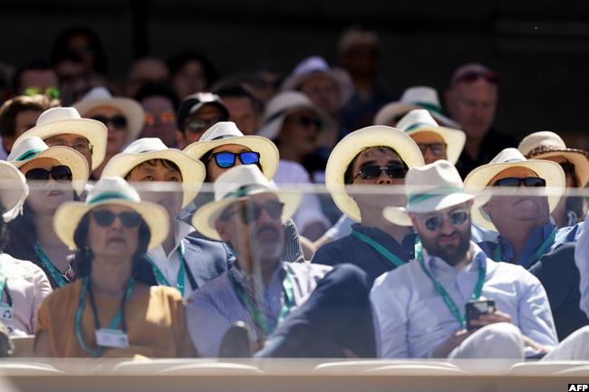 pectators watch the mens singles fourth round match between rgentinas eonardo ayer and witzerlands oger ederer last year