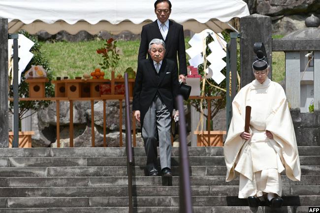 n pril 23 mperor kihito visited the mausoleum of his late father mperor irohito at the usashino mperial raveyard in achioji