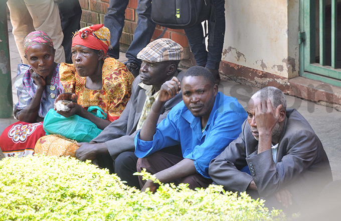esidents outside the igh ourt in ubende while waiting for the judge hoto by uliet asirye