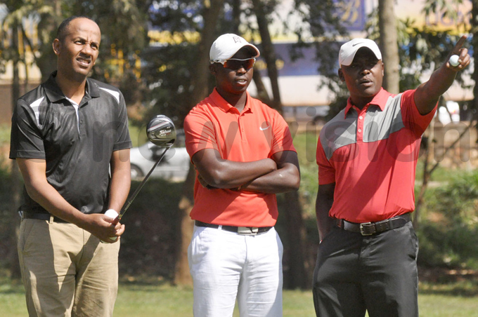 enyas rian joroge  elson udanyi and imon gige  strategise before the proam at itante yesterday hoto by ichael subuga