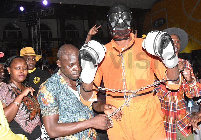 iwanuka arrives in the ring wearing a arth ader mask and chains hoto by ohnson ere