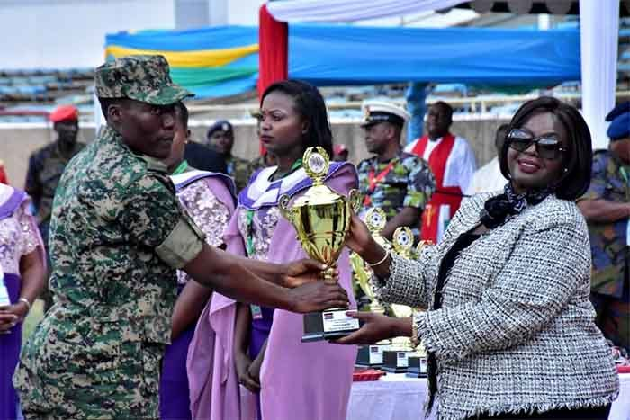 soldier receiving a trophy at the closing ceremony at oi nternational tadium in airobi enya ourtesy hoto