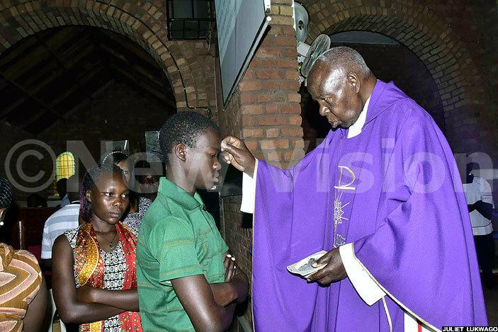 hristians receive the ash from mmanuel ardinal amala at t eter   atholic hurch at sambya on ednesday morning