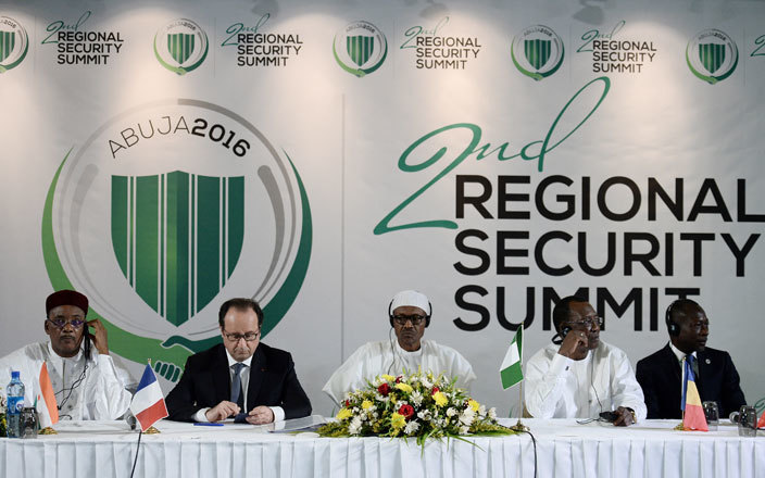 to igers resident ahamadou ssoufou rench resident rancois ollande igerian resident uhammadu uhari chads resident driss eby tno and ameroons resident aul iya during a press conference following the 2nd egional ecurity ummit in buja on ay 14 2016