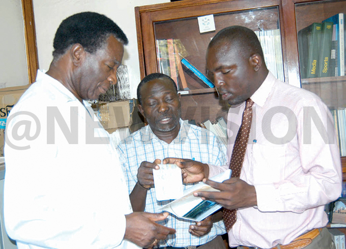 ormer  secretary and ew ision reporter orman atende  receives a 1425 air ticket from  president rancis yangweso  as facilitation to the  congress in ew ork une 1 2004