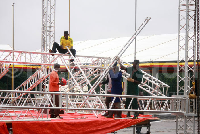 orkers putting up the stage hoto dward isoma