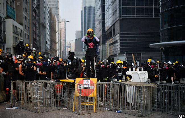 rotesters face off with riot police at owloon ay in ong ong on aturday