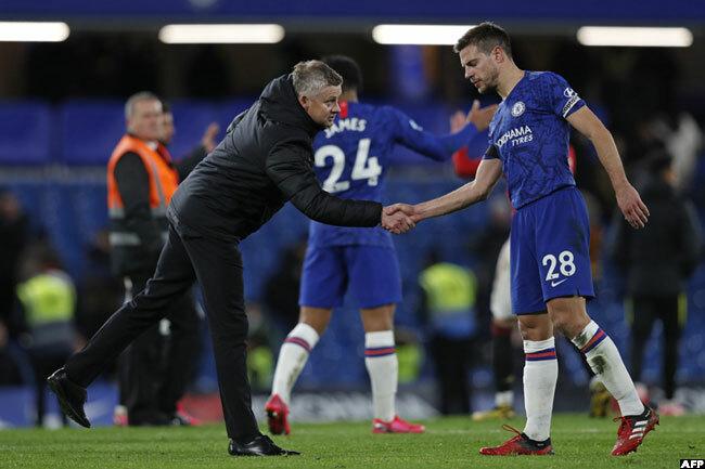 nited boss olskjaer shook hands with helsea defender esar zpilicueta after the game
