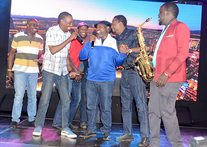 iryowa iwanuka 2nd left sings with other golfers after the semifinals at ntebbe lub hoto by ichael subuga