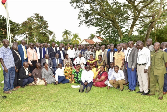 useveni with leaders of sugarcane growers in usoga region during a meeting at inja tate ounge