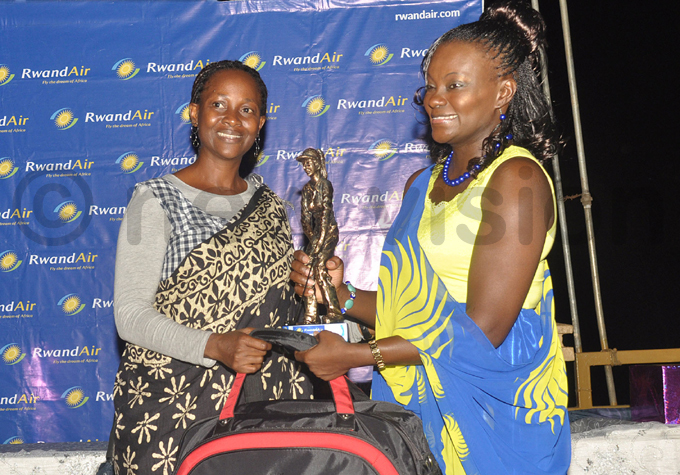 wandirs agezi presents prizes to lady roup  winner arriet itaka hoto by ichael subuga