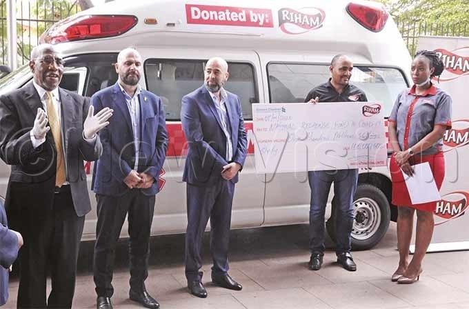 rime inister uhakana ugunda left receives a sh100m cheque and an ambulance from arris nternationalhoto by icholas neal