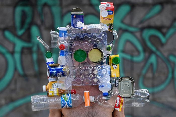 razilian fashion photographer arcio odrigues wears a mask made with recyclable bottles cans and boxes after over 20 days in which these garbage items were not collected because of the quarantine imposed to control the spread of the new coronavirus 19 in elo orizonte razil on pril 11 2020  hoto by