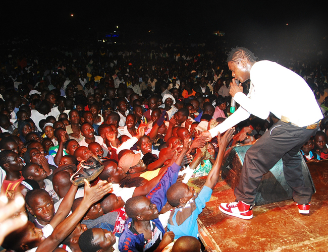 ose hameleon performing at an ictoria  concert at ugembe stadium before ushering in the ew year on 311210