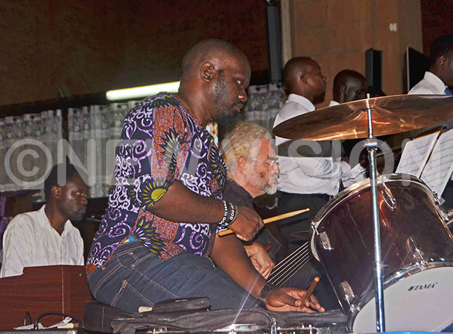 rganist aul uggya leftpercussionist oy asika and bassguitarist hris eigers accompanying the ampala ingers during their aster concert