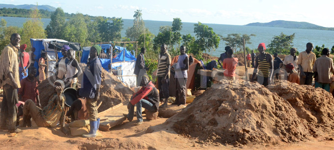 rtisanal gold miners at imase fishing village on the shores of ake ictoria in amayingo district