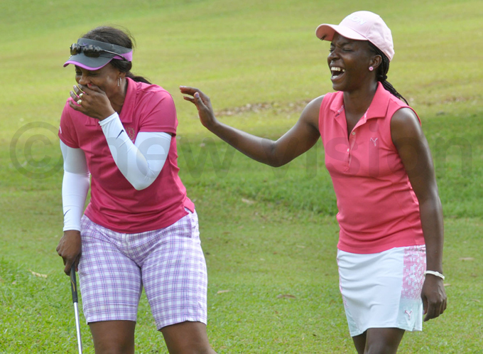 imbabwes oyce hingono  shares a light moment with amakula before last years tournament hoto by ichael subuga