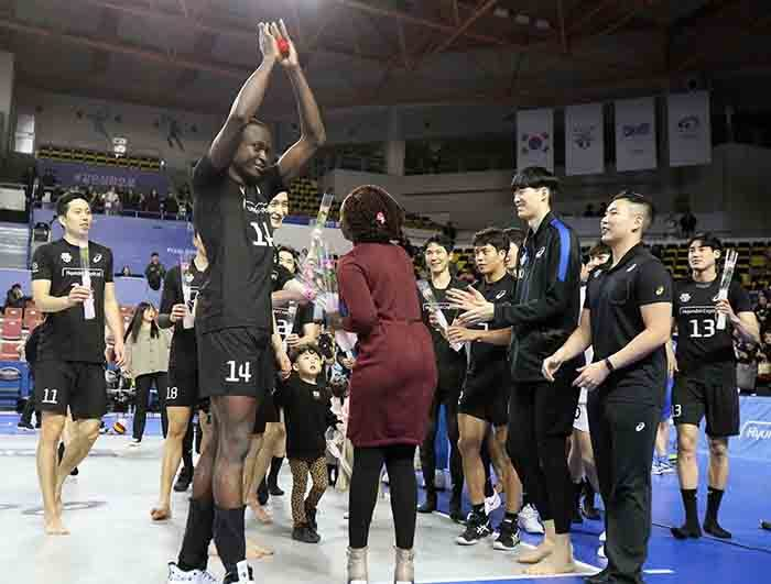 gandan olleyball star kello celebrates after proposing to his girlfriend aziri icture yundaicapital kywalkers
