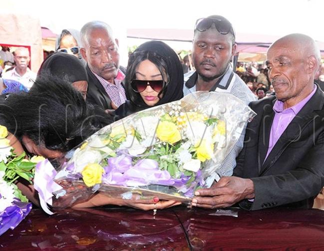 ari lays a wreath on semwangas casket