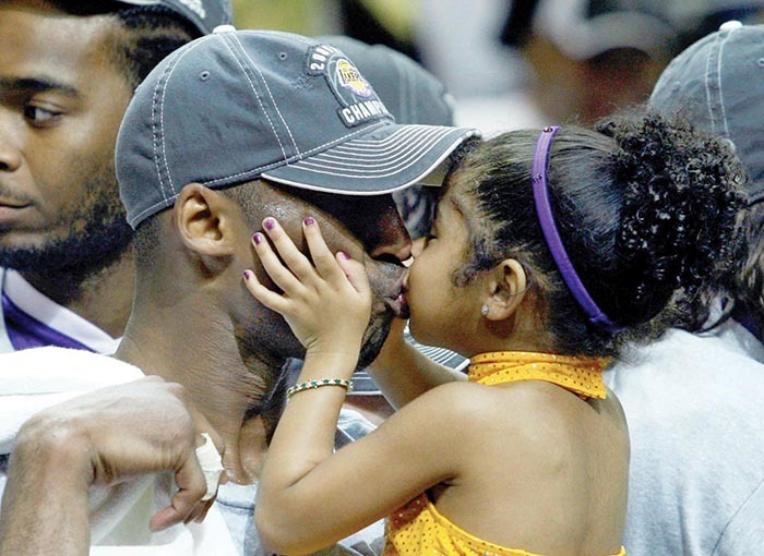 os ngeles akers obe ryant kisses his daughter ianna  after they defeated the rlando agic to win the  basketball championship in rlando lorida  une 14 2009     ans erykile hoto