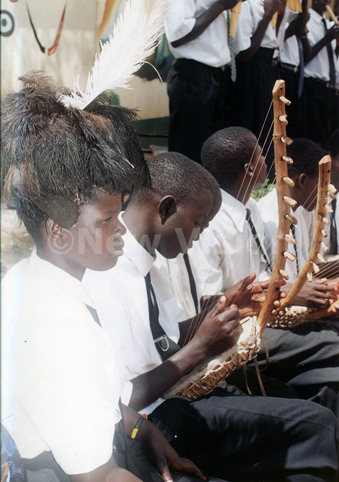 tudents of otido  testing thelyre at the ational heatre in ugust 1999