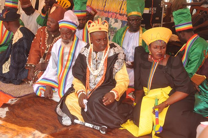 he high priest of ondism aith sabakabona umba ubowa ligaweesa 2nd right and his wife senga ulanama right during the burial ceremony hoto by onald iirya
