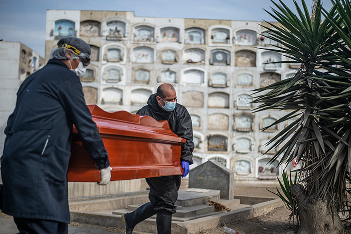 orkers carry a coffin with the body of a 19 victim out of a refrigerated container before cremation at the l ngel crematorium in ima on ay 06 2020  hoto by