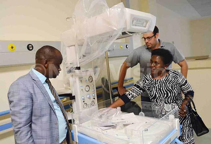 he acting assistant director of ulago pecialised omen and eonatal ospital r olly ankunda also a paediatric consultant checking one of the new radiant warmers installed at neonatal ward as ulago ospital spokesperson nock usasira and the technical manager rab ontractors ganda imited arek ldakdoky look on hoto by iolet abatanzi