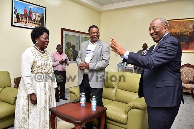 rime inister r uhakana ugunda and peaker ebecca adaga received delegates at ntebbe on unday redit aria amala