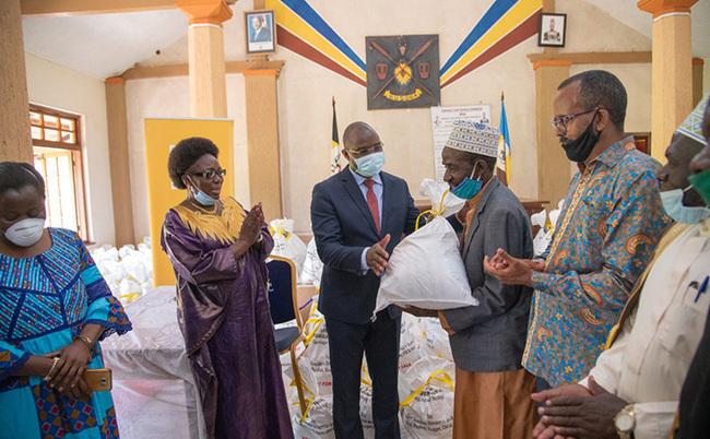 he ton peaker of arliament ebecca adaga at the handover of amadhan packages to the usoga uslim ommunity from  ganda hotosourtesy