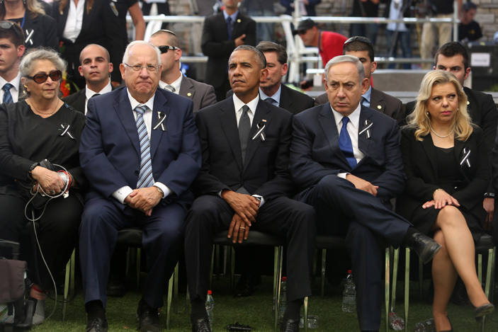 eft to right  echama ivlin the wife of the sraeli president sraeli resident euvin ivlin  resident arack bama sraeli rime inister enjamin etanyahu and the wife of the sraeli rime inister ara etanyahu attend the funeral of former sraeli president and prime minister himon eres at the ount erzl national cemetery in erusalem on eptember 30 2016   hoto  ool  enahem ahana