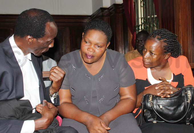 ankungu and abikolo  discuss with their lawyer hoto by eddie usisi