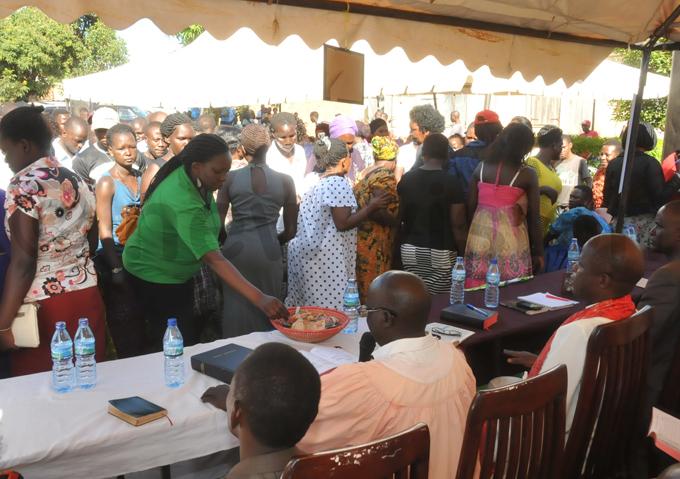 riends and wellwishers of bel haira donating money during prayers at hairas home in alukuba inja hoto by onald iirya