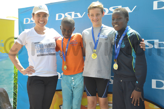 oughlin poses with some of the medallists eals ohn afumbe 2nd  ilverfins ason alan and olphins endo aumi  hoto by ichael subuga