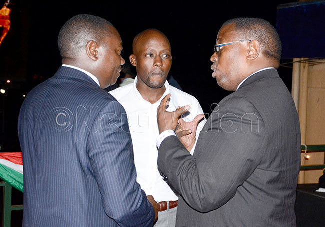 hairman onald ukare right chats with  president oses atsiko center and former  president ohnson mollo during the artners ppreciation cocktail party at the ganda olf lubarch 12 2020