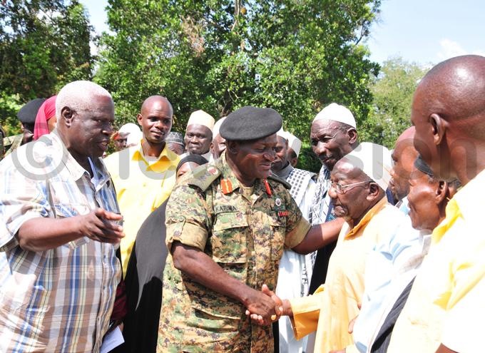 en amala flanked by former governor of ampala bdalla asur greets the uslim elders hoto by eter usomoke
