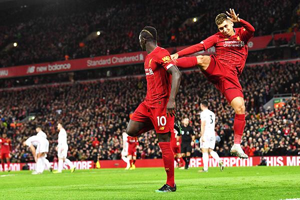 iverpools enegalese striker adio ane  celebrates with iverpools razilian midfielder oberto irmino