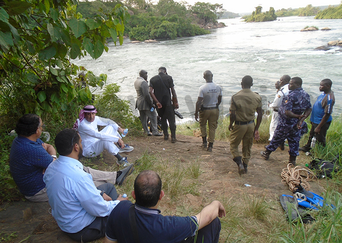 r lkahtani wearing a tunic the audi rabian ambassador to ganda with other audi officials at alagala alls as arine olice searched for the body on onday hoto y harles juuko