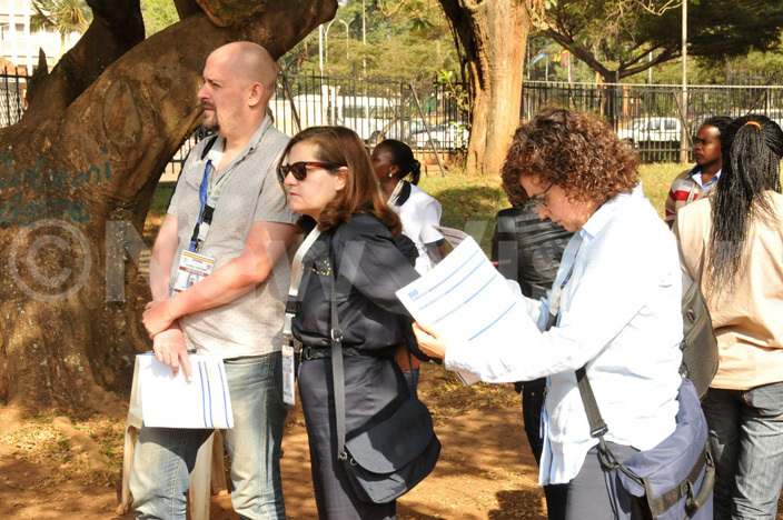 observers icolay au  enat ardish and aria ose amez at the ational theatre polling stations