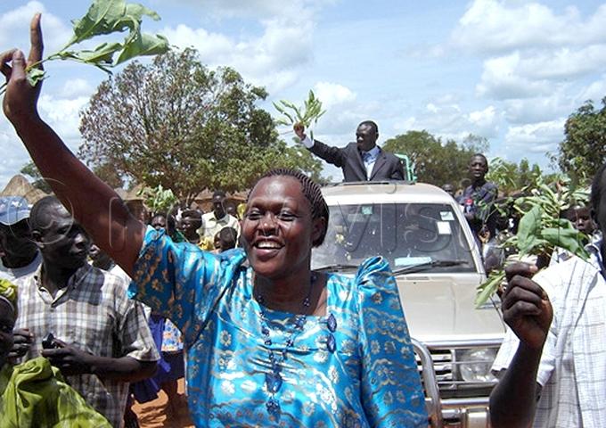 nywar walks ahead of iiza esigyes motorcade before a rally in itgum in ay 2007 ile hoto