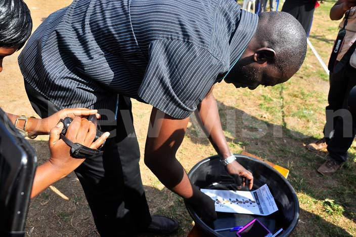lton abirizi from the ndependent oalition casting their vote at unamwaya ufuka play ground on ntebbe road on 1822016