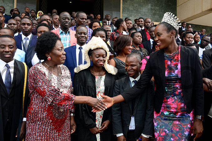 he peaker of arliament ebecca adaga left shakes hands with iss ganda liver akakande outside arliament he peaker had just opened the outh oot arliamentary ession 2019 n the center putting on a wig is the days speaker innie dur from lan nternational ganda
