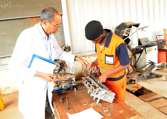 atrick unday siimwe assessing a senior three student of ew orizon secondary and ocational schools in motor vehicle mechanics his was at during the implementation of   the dual curriculum in secondary schools