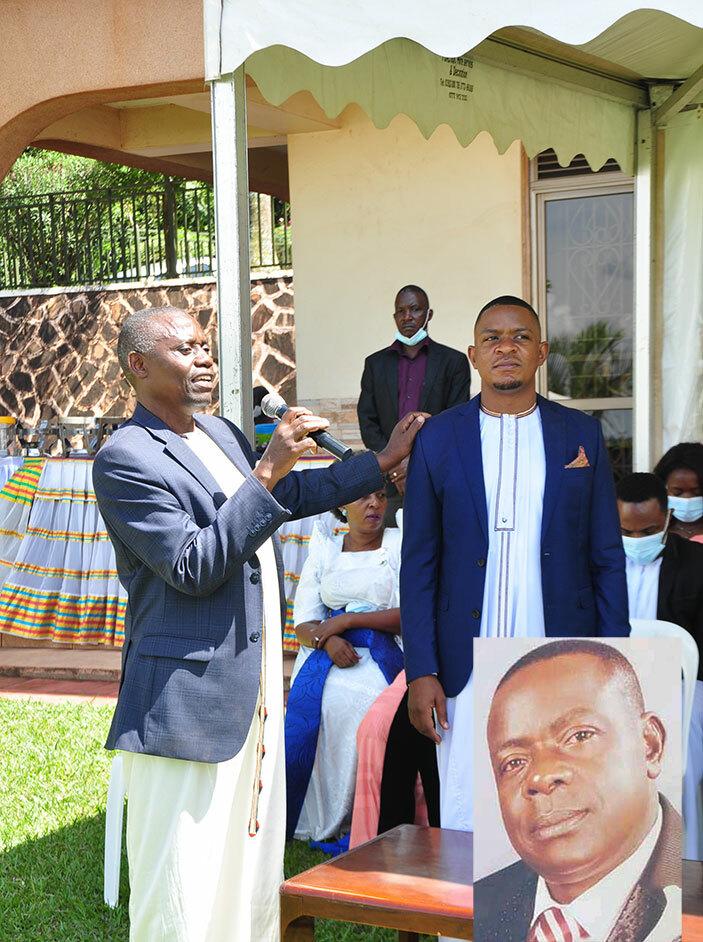 Kenneth Kazibwe Kamya (ku ddyo) omusika wa kitaawe Mulowooza (mu katono).