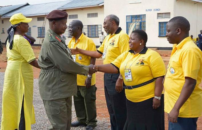 resident useveni greets  ecretary eneral asule umumba in an earlier meeting at yankwanzi